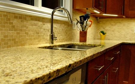 Cách chọn mẫu gạch lát mặt bếp ĐẸP – BỀN – SẠCH SẼ cho mọi nhà