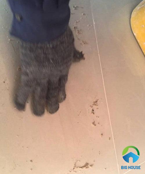 cách xử lý gạch bóng kiếng bị trầy