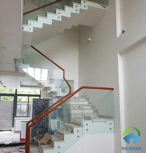 thiết kế cầu thang 2 chiếu nghỉ cho gia đình nào