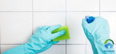 """Cách Làm Sạch Gạch Ốp Tường Nhà Tắm Trong """"Tích Tắc"""""""