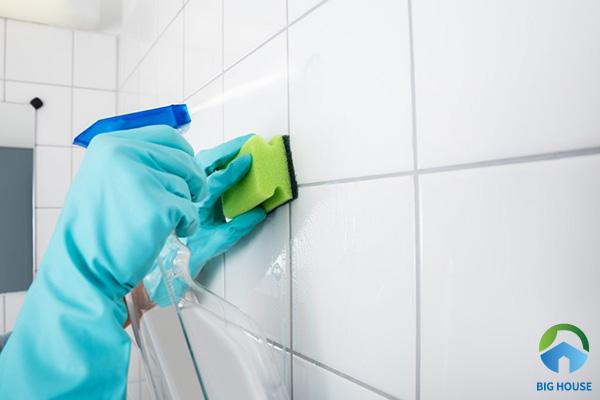 Bí quyết làm sạch vết bẩn trên gạch ốp tường nhà tắm do bị trầy xước