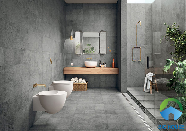 Ốp toàn bộ tường nhà vệ sinh với gạch màu xám mờ mang vẻ đẹp hiện đại, sang trọng cho không gian