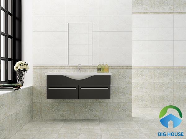 Ngoài ra, bạn có thể sử dụng gạch ốp tường màu trắng cùng gạch vân đá gam màu nhẹ nhàng. Đồng thời thêm một hàng gạch tone đậm hơn tạo điểm nhấn