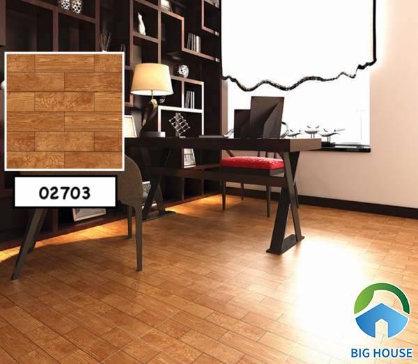 Chọn gạch giả gỗ tông đậm kết hợp cùng đồ nội thất gỗ giúp phòng sách thêm đẹp mắt.