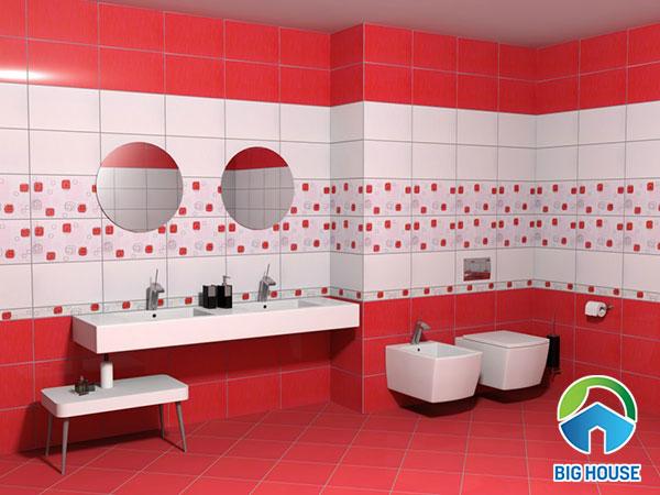 Nhà vệ sinh với mẫu gạch ốp lát tông đỏ trắng khá lạ mắt và ấn tượng