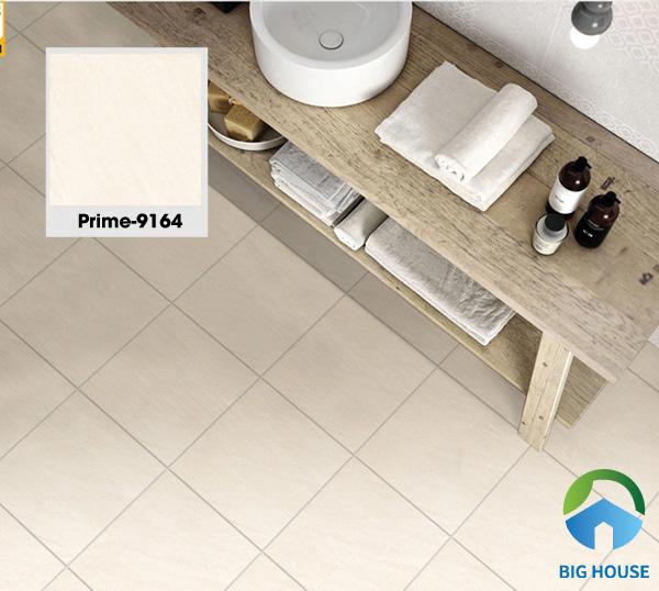 Tiếp đó là mẫu gạch Prime 9164 có kích thước nhỏ 30x30. Không gian nhẹ nhàng với sự kết hợp hài hòa của gạch lát nền tone kem hồng nhạt cùng kệ tủ bằng gỗ. Bên cạnh đó, gạch có khả năng chống trơn R11 đảm bảo an toàn cho các thành viên trong gia đình
