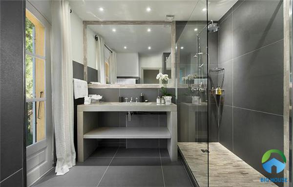 Với những nhà vệ sinh có cửa kính thông thoáng thì việc sử dụng gạch ốp tone xám kích thước lớn cũng rất phù hợp