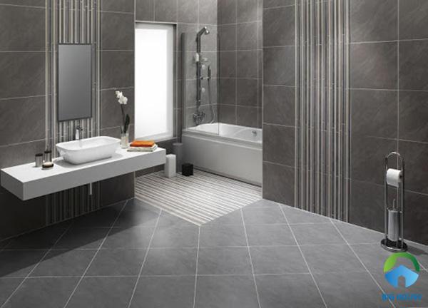Hoặc bạn có thể ốp toàn bộ phòng vệ sinh bằng gạch màu xám. Đồng thời, sử dụng mẫu gạch sọc cùng màu tạo điểm nhấn
