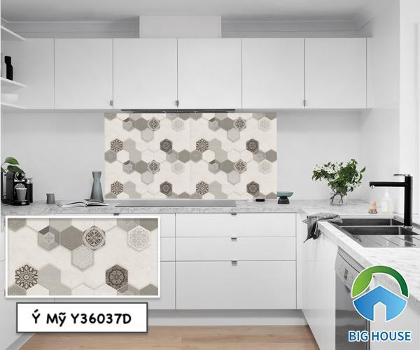 Gạch ốp tường họa tiết bông đẹp mắt tạo ấn tượng cho không gian nhà bếp