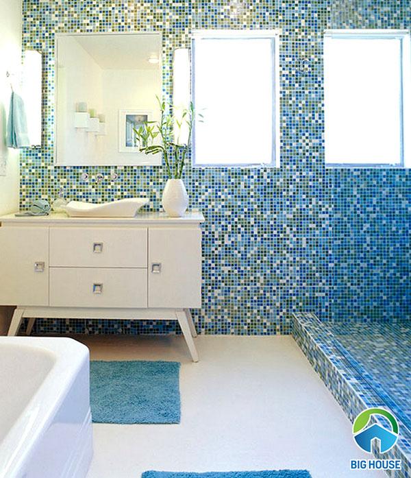 Sử dụng gạch ốp nhà vệ sinh dạng mosaic màu xanh tươi mát
