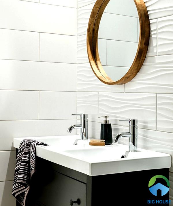 Không gian phòng tắm hiện đại, sang trọng với mẫu gạch sóng nước nổi màu trắng