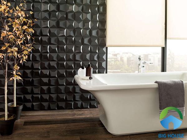 Gạch 3D chạm nổi màu đen không hề u tối cho phòng tắm mà ngược lại tạo sự độc đáo, thu hút