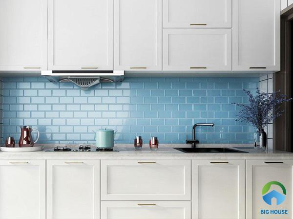 Trang trí tường bếp với gạch thẻ tone màu xanh da trời đặt so le bắt mắt hơn
