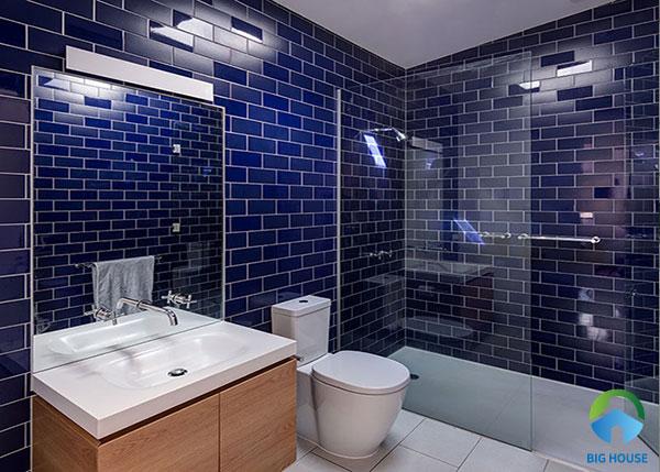 Một màu xanh dương bao trùm không gian tạo sự hòa hợp khi kết hợp ăn ý cùng thiết bị màu trắng