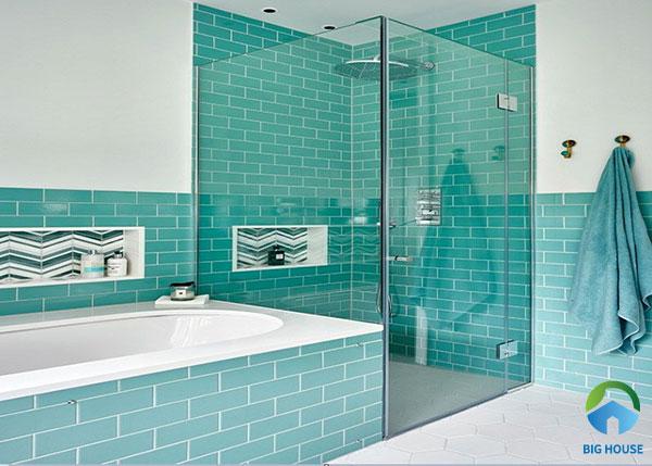 Gạch thẻ màu xanh phối cùng sơn tường màu trắng giúp không gian phòng tắm trông sáng sủa và thoáng đãng hơn
