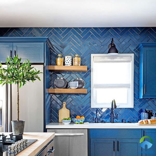 Những viên gạch thẻ xanh lam được sắp xếp hình xương cá chạm trần tạo hiệu ứng chuyển động của bức tường