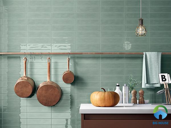 Tone màu xanh của gạch ốp tường kết hợp cùng vàng đồng, điểm chút sắc nâu tạo sự hài hòa cho căn bếp nhỏ