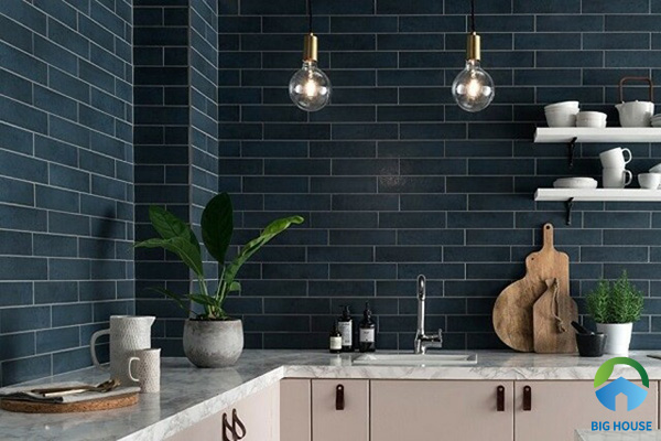 Một gợi ý tuyệt vời dành cho không gian bếp khi bạn yêu thích gạch thẻ tone màu trầm