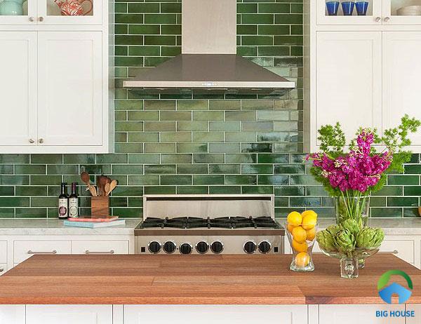 Gạch thẻ xanh ấn tượng này tạo cảm giác mới lạ cho nhà bếp của bạn