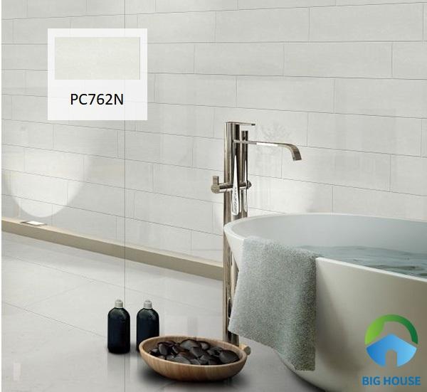 Mẫu gạch Taicera PC600x298-762N được làm từ chất liệu granite có độ bền cao. Họa tiết nhẹ nhàng, đơn giản mang tới vẻ đẹp sang trọng cho không gian nhà tắm. Với bề mặt được mài bóng, bạn sẽ tiết kiệm được rất nhiều thời gian lau chùi vệ sinh.
