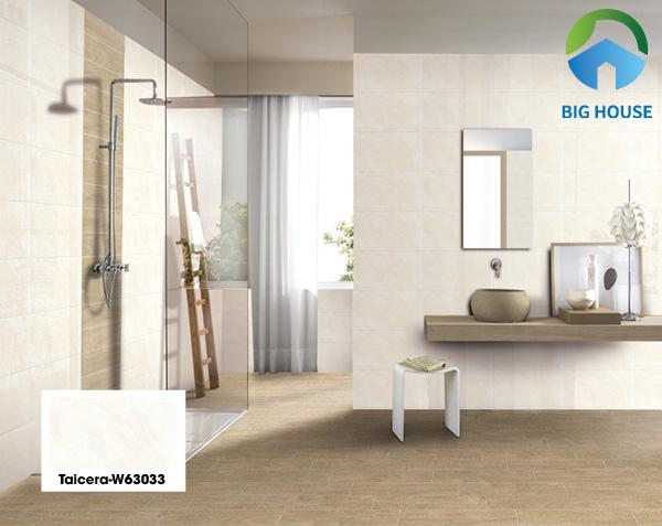 Mẫu gạch Taicera W63033 vân đá vàng mờ kết hợp gạch lát nền nâu giả gỗ mang đến vẻ đẹp nhẹ nhàng, tao nhã. Chất liệu gạch 70% từ bột đá có độ cứng, độ bền và chịu lực rất tốt. Khả năng chống thấm tuyệt vời rất thích hợp trang trí tường nhà tắm