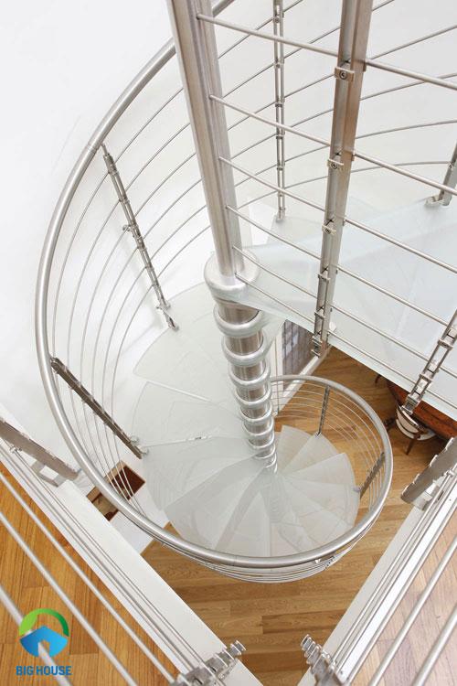 mẫu cầu thang không kém phần nghệ thuật