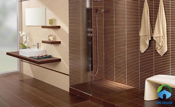 Gạch lát nền nhà vệ sinh màu nâu kết hợp cùng gạch thẻ cùng màu đẹp sáng tạo